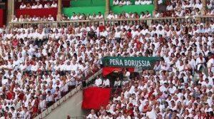 La Peña Borussia y su pancarta en la plaza de toros de Pamplona.