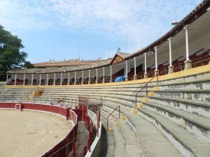 Tendidos vacíos de la plaza de toros de Tafalla.