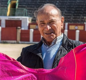 Raúl Sánchez capote en mano.