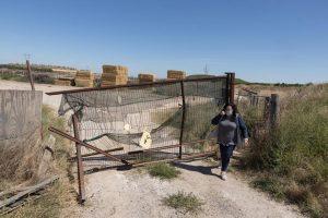 Ana Pilar Andrés Fabre, ante la puerta destrozazada de su finca. Fotografía: Blanca Aldanondo.