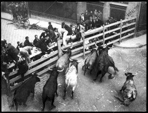Imagen de un encierro pamplonés con toros de Pablo Romero.