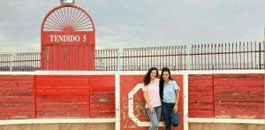 Las hermanas Azcona en su plaza de tientas de la localidad navarra de Olite.