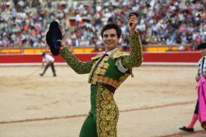 Toñete pasea en triunfo una oreja en la plaza de Pamplona. Fue hace dos años, en su segunda actuación como novillero en este escenario.