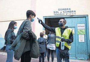 Un empleado tomó la temperatura al público en el acceso al coso. Fotografía: B. A.