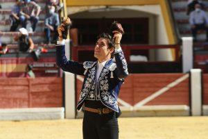 El torero navarro pasea en triunfo las dos orejas conseguidas del primero de su lote, de Carmen Lorenzo.