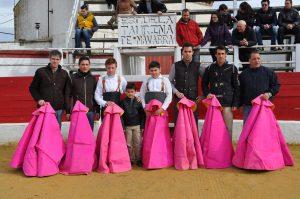 Varios ex alumnos de la Escuela Taurina de Navarra hace siete años en la placita de Rada.