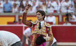 Castella pasea en triunfo una oreja en la plaza de Pamplona. Fotografía: Javier Arroyo.
