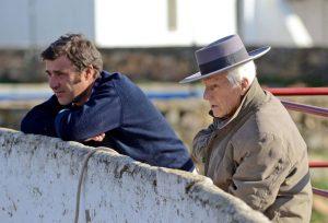 Arcadio Albarrán Olea en un tentadero junto a su hijo Jaime. Fotografía: Hoy.