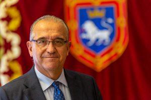 Enrique Maya, alcalde de Pamplona, con el escudo de la ciudad al fondo. Fotografía: Víctor Rodrigo.