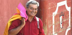 José Rivera 'Riverita', capote al hombro, en una plaza de tientas.