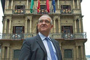 Enrique Maya ante el Ayuntamiento de Pamplona. Fotografía: El Mundo.es