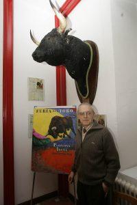 Ignacio Cía ante su cartel anunciador de la Feria del Toro de 2008.
