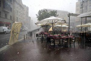 El centro de Peralta, a las seis de la tarde, bajo la tormenta. Fotografía: Alberto Galdona.